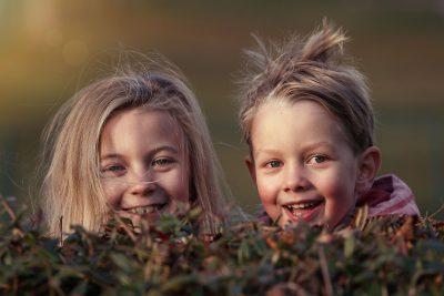 zwei Kindergesichter